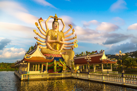 Statue of Shiva in Wat Plai Laem Temple, Samui, Thailand in a summer day 免版税图像