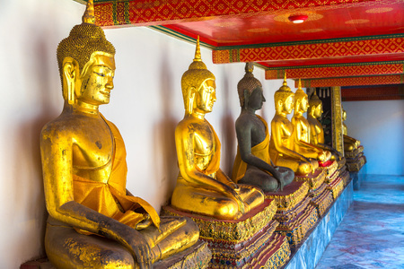 Gold Buddha Statue in Wat Pho Temple in Bangkok in a summer day 版權商用圖片