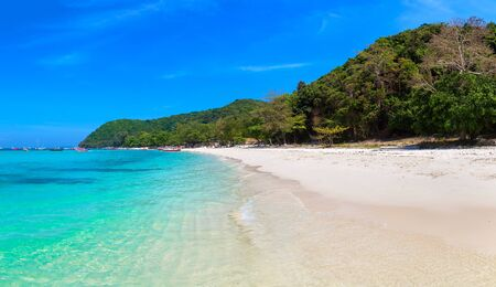 Panorama de l'île de Coral (Ko He) près de l'île de Phuket, Thaïlande en une journée d'été