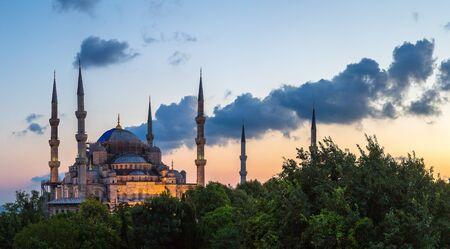 Panorama de la mezquita azul (mezquita del Sultán Ahmet) en Estambul, Turquía, en una hermosa noche de verano