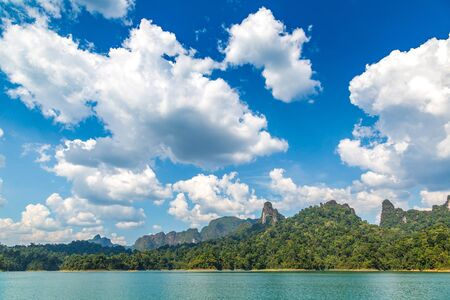 Beautiful nature at Cheow Lan lake, Ratchaprapha Dam, Khao Sok National Park in Thailand in a summer day 版權商用圖片