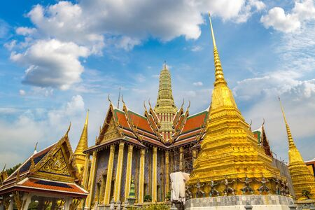 Grand Palace and Wat Phra Kaew (Temple of the Emerald Buddha) in Bangkok in a summer day Banco de Imagens