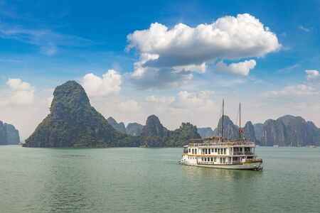 World natural heritage Halong bay, Vietnam in a summer day Banque d'images - 125335853
