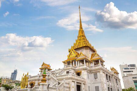 Wat Traimitr Withayaram temple in Bangkok, Thailand in a summer day 免版税图像