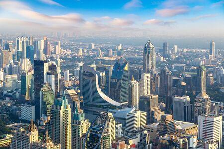 Widok z lotu ptaka na Bangkok w letni poranek