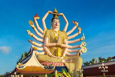 Statue de Shiva dans le temple Wat Plai Laem, Samui, Thaïlande en une journée d'été Banque d'images