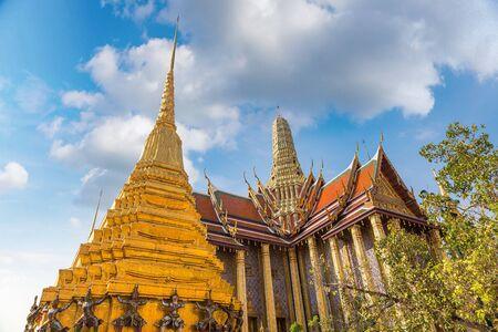 Wielki Pałac i Wat Phra Kaew (Świątynia Szmaragdowego Buddy) w Bangkoku w letni dzień