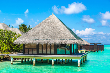 MALDIVES - JUNE 24, 2018: Water Villas (Bungalows) at Tropical beach in the Maldives at summer day 新聞圖片