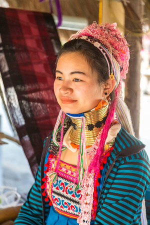 CHIANG RAI, THAILAND - MARCH 29, 2018: Portrait of a long neck woman in village near Chiang Rai, Thailand in a summer day Redactioneel