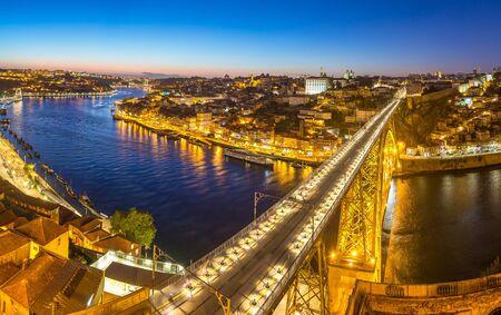 Vista aérea panorámica del puente Dom Luis en Oporto en una hermosa noche de verano, Portugal