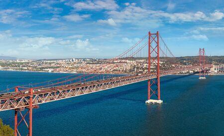 Puente del 25 de abril en Lisboa, Portugal en un hermoso día de verano