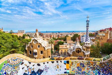 BARCELONE, ESPAGNE - 11 JUIN 2014 : Parc Guell par l'architecte Gaudi dans une journée d'été à Barcelone, Espagne.