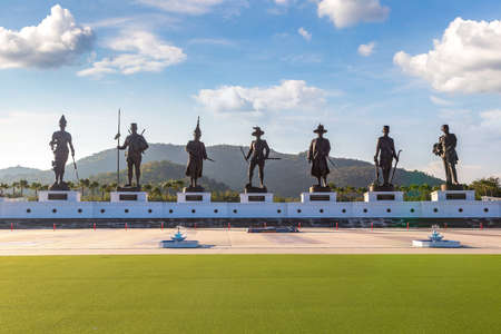 Statues of The Great King of Thailand in Rajabhakti Park, Hua Hin, Thailand in a summer day Banque d'images