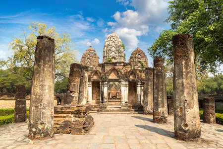 Wat Si Sawai temple in Sukhothai historical park, Thailand in a summer day Banque d'images