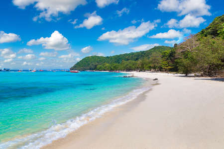 Coral (Ko He) island near Phuket island, Thailand in a summer day Banque d'images