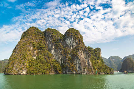 World natural heritage Halong bay, Vietnam in a summer day Banque d'images