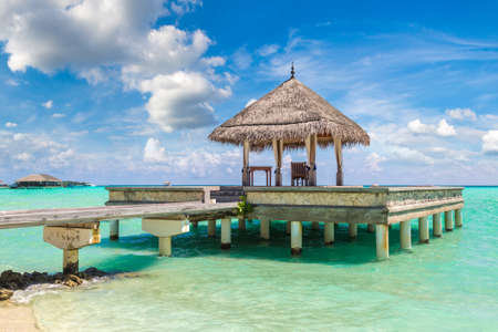 Water Villas (Bungalows) and wooden bridge at Tropical beach in the Maldives at summer day Banque d'images