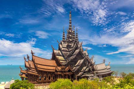 Sanctuary of Truth in Pattaya, Thailand in a summer day Standard-Bild