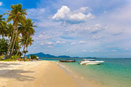 Tropical beach at Koh Mook (Koh Muk) island, thailand Standard-Bild