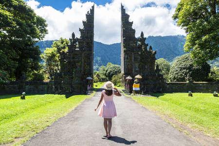 Woman traveler at  Bali Handara Gate in Bali, Indonesia in a sunny day Standard-Bild