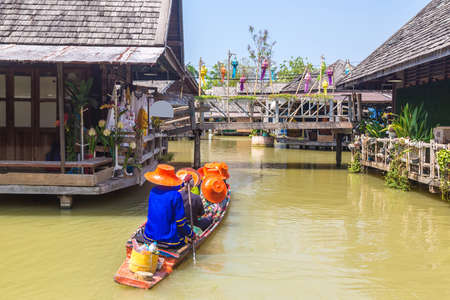 Floating Market in Pattaya, Thailand in a summer day Редакционное
