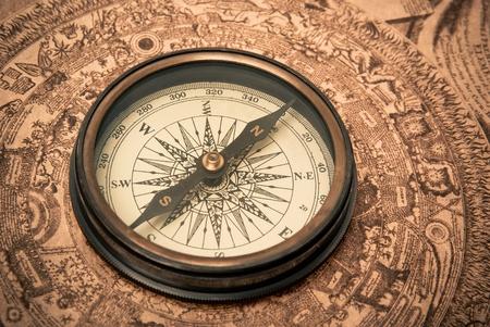 rosa dei venti: Bussola antico sdraiato sulla mappa di vecchio stile. Seppia.