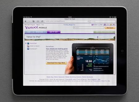 17: Kiev, Ucrania - el 17 de mayo de 2011: P�gina de web Yahoo Ipad de Apple que muestra en pantalla.