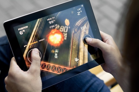 Kijów, Ukraina - 05 czerwca 2011 - znajdujące się na zewnątrz człowiek grać w gry Death Rally Apple Ipad2. Tej drugiej generacji, które zaprojektowano Ipad2 i rozwoju przez Apple inc. i zwodowanym w marcu 2011. Rajd śmierci jest bardzo popularny rozwoju gry, przez środek zaradczy Entert Publikacyjne