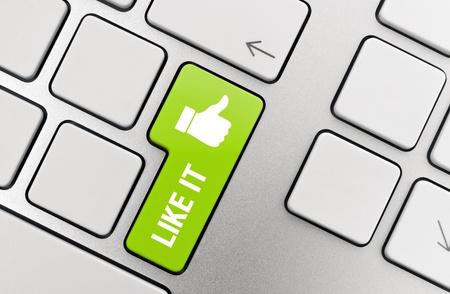 sozialarbeit: Wie es mit Daumen Symbol auf moderne Aluminium-Tastatur.