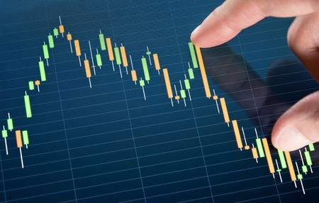 Het aanraken van de beurs grafiek op een touchscreen-apparaat. Stockfoto