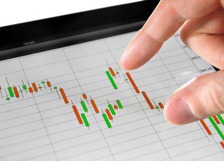 handel: Ber�hren Aktienmarkt Graphen auf einem Touchscreen-Ger�t.