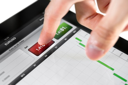 handel: Ber�hren Sell-Taste auf Aktienmarkt W�hrungspaar EUR  USD auf einem Touchscreen-Ger�t.