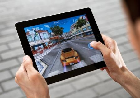 Kijów, Ukraina - 31 lipca 2011 - A na zewnątrz mężczyzna grać w asfalcie gry 6 na Apple Ipad2. Ta druga Ipad2 generacji został zaprojektowany i rozwój przez Apple Inc. i uruchomiony w marcu 2011 roku. Asphalt 6 jest bardzo popularną grą, rozwój przez Gameloft.