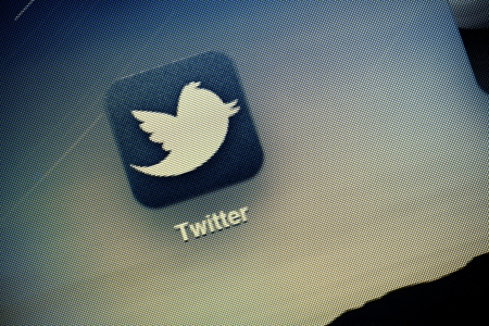 seguito: Kiev, Ucraina - 15 ottobre 2011: Macro shot di Twitter logo sullo schermo di Apple Ipad2. Twitter � una delle reti pi� utilizzati sociali per scambiare messaggi brevi.