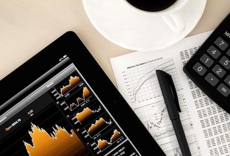 bolsa de valores: Lugar de trabajo de archivo de intercambio con un Tablet PC que muestra gr�fica del mercado de valores. Foto de archivo
