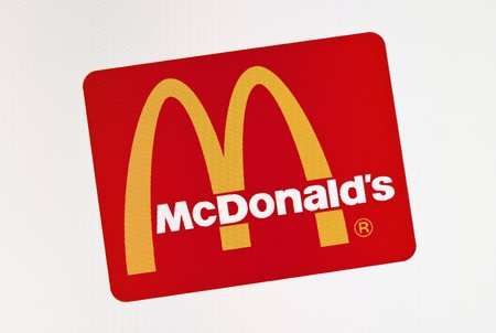 Kiev, Ucraina - 15 dicembre 2011: Close-up di logo McDonlads sullo schermo di un monitor. McDonalds Corporation � il mondo