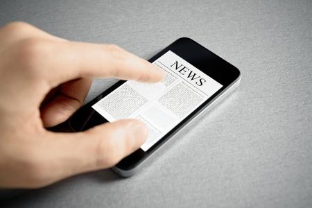 mano touch: Man mano touch screen con le notizie sul moderno telefono cellulare. Aggiunta una lieve vignettatura per effetto drammatico e mettere a fuoco il titolo principale.