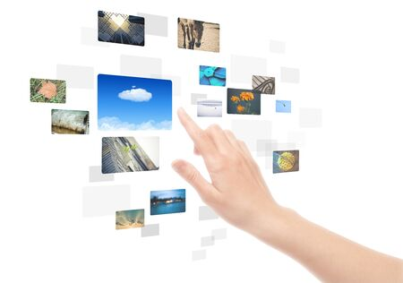 �cran tactile: Main de la femme en utilisant l'interface � �cran tactile avec des images dans des cadres. Isol� sur fond blanc.