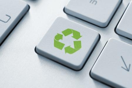 reciclar basura: Recicle el botón en el teclado de la imagen virada Foto de archivo