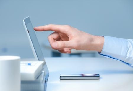 Hand wijzen op moderne digitale tablet-pc op de werkplek Stockfoto