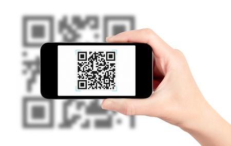 barcode scan: De lectura de c�digos QR con un tel�fono m�vil inteligente. Aislado en blanco. Foto de archivo