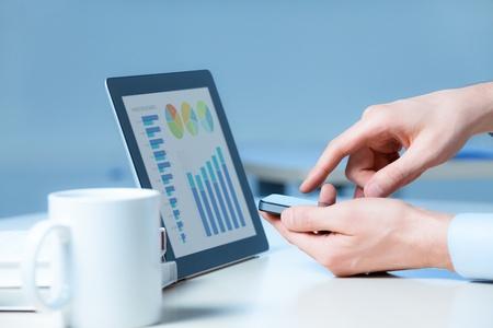diagrama de flujo: Hombre de negocios utiliza las nuevas tecnolog�as de los medios y dispositivos para trabajar con �xito