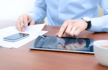 usando computadora: Hombre de negocios utilizando las nuevas tecnolog�as de flujo de trabajo de �xito