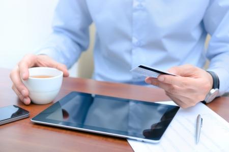 tarjeta de credito: Hombre de negocios usando una tarjeta de cr�dito y la tableta digital para comprar on-line Foto de archivo