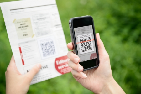 codigo de barras: Escaneo de publicidad con el código QR en el teléfono móvil inteligente