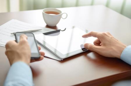 Homme d'affaires travaillant à son lieu de travail et l'utilisation de nouvelles technologies pour le workflow de succès Banque d'images