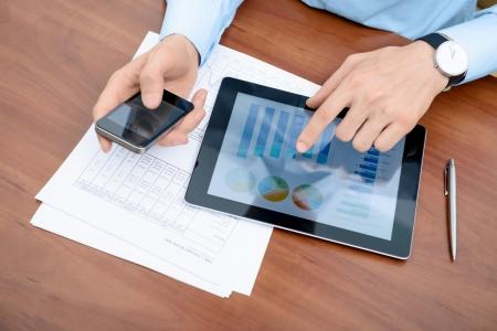 Jonge zakenman werken met moderne apparatuur Stockfoto