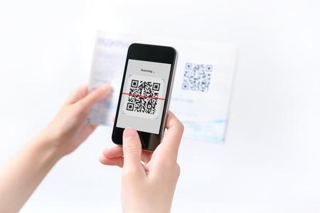 Vrouw scannen QR code in het magazine op mobiele smart phone