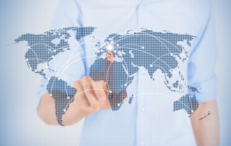 mundo manos: Hombre tocando el mapa del mundo con interfaz de comunicación futurista
