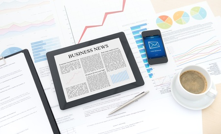 papeles oficina: Flujo de trabajo empresarial moderno con equipo digital, tel�fono m�vil y algunos documentos con gr�ficos y n�meros en una computadora de escritorio Foto de archivo